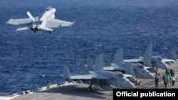 ناو هواپیمابر یواساس آبراهام لینکلن در حال حاضر در دریای عرب به سر میبرد