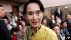 Lãnh tụ dân chủ Miến Ðiện Aung San Suu Kyi sau một cuộc họp báo ở Tokyo, ngày 17/4/2013.
