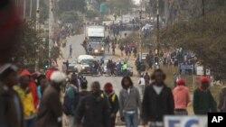 FILE: Rioters clash with Zimbabwean police in Harare, Monday, July, 4, 2016. (AP Photo/Tsvangirayi Mukwazhi)