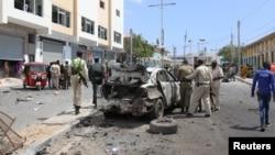 Polisi Somalia Polisi Somalia memeriksa puing-puing mobil yang hancur di lokasi ledakan bom di Mogadishu, Somalia, 8 Januari 2020.