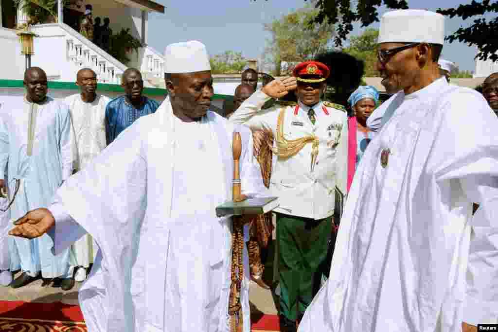 Le président de la Gambie, Yahya Jammeh, reçoit le président nigérian Muhammadu Buhari à Banjul, en Gambie, 13 janvier 2017.