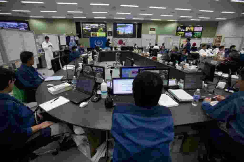 Trabajadores en el centro de operaciones de emergencia a los lisiados de Fukushima.