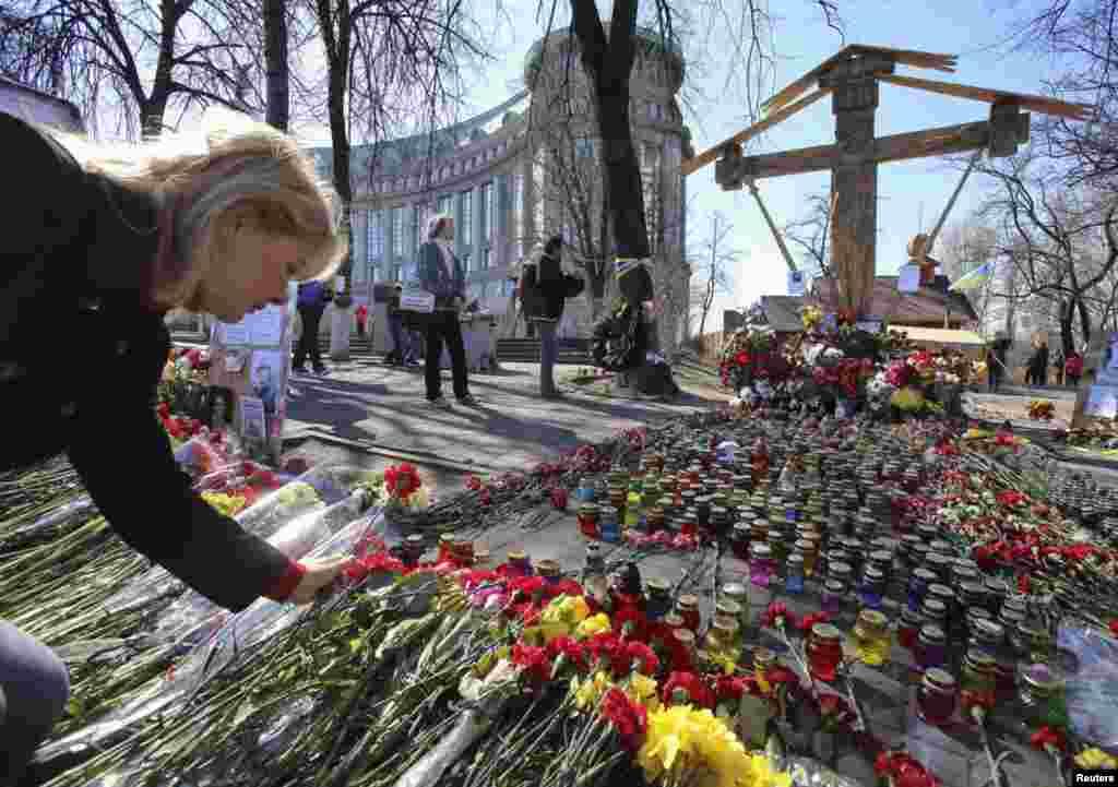 Цветы в память погибших во время столкновений в Киеве