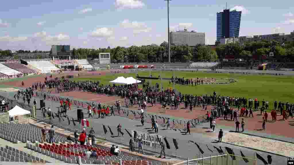 Une vue générale du stade du Dinamo Bucarest lors d'une cérémonie d'adieu pour le milieu de terrain camerounais Patrick Claude Ekeng à Bucarest, en Roumanie, le 13 mai 2016.