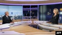 Cựu Tổng giám đốc IMF Dominique Strauss Kahn được một ký giả bạn với vợ ông phỏng vấn trên đài truyền hình TF1