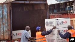 2014年8月24日美国援助货物装上卡车后抵达利比里亚蒙罗维亚