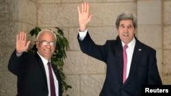 Menlu AS John Kerry dan ketua tim perunding Palestina, Saeb Erekat (kiri) saat bertemu di Ramallah, Tepi Barat, 4 Januari 2014 (Foto: dok).
