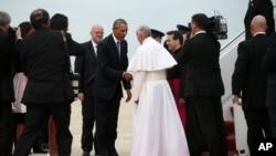 Presiden AS Barack Obama menyalami Paus Fransiskus saat tiba di pangkalan udara Andrews, Selasa sore (22/9).