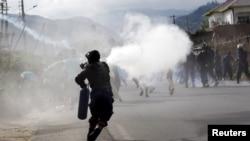 布隆迪首都布琼布拉的警察对示威者发射催泪瓦斯