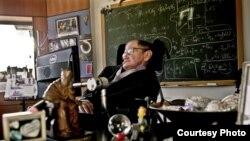 Stephen Hawking u svojem uredu na Sveučilištu Cambridge, gdje je osnovao Centar za teoretsku kozmologiju. (Science Museum)