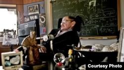 Stiven Hoking u svojoj kancelariji na Univerzitetu Kebmridž