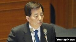 한민구 한국 국방부 장관이 25일 국회에서 열린 정치·외교·통일·안보 분야 대정부 질문에서 의원들의 질문에 답하고 있다.