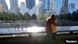 Người đến viếng Đài tưởng niệm 11 tháng 9 nhân dịp 20 năm những vụ tấn công khủng bố ngày 11 tháng 9 năm 2001 ở Manhattan, Thành phố New York, Mỹ, ngày 11 tháng 9, 2021.