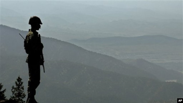 A Pakistan army soldier stands alert, as he monitors the Afghan-Pakistan border at Kundigar post, some 80 kilometers southwest of Miran Shah, capital of Pakistani tribal belt of North Waziristan (FILE).