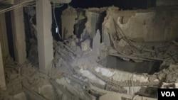 El gobierno libio organizó una gira de los periodistas por edificios que dicen que fueron dañados por el ataque de la OTAN, como el que aparece en la foto.