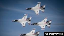 美国空军雷鸟飞行表演队2014年9月13日参加空中表演 (美国空军照片)