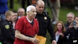 El ex entrenador auxiliar de la Universidad Penn State, Jerry Sandusky, llega al centro judicial del condado en Bellefonte, Pensilvania, para escuchar la sentencia por la cual se le condenó a entre 30 y 60 años de cárcel.