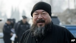 Chinese artist Ai Weiwei arrives at the Wenyuhe court to support fellow artist Wu Yuren during his trial in Beijing (File Photo - November 17, 2010)