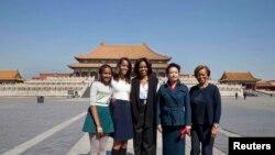 Prva dama Mišel Obama, njene ćerke Saša i Malia i majka Marian Robinson poziraju sa Peng Lijuan, suprugom kineskog predsednika Ši Djinpinga tokom posete Zabranjenom gradu u Pekingu, 21. marta 2014.