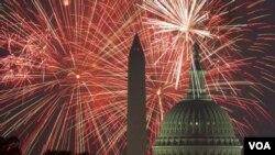 از روز استقلال امریکا هر سال با مراسم آتش بازی تجلیل می شود.