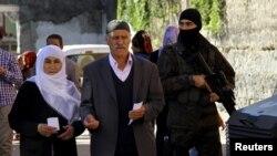 터키에서 1일 유권자들이 경비가 삼엄한 투표장으로 향하고 있다.