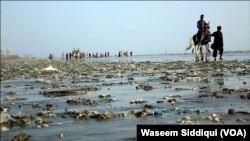 کراچی کا ساحل جہاں چاروں جانب پلاسٹک بیگز اور دیگر سامان بکھرا پڑا ہے