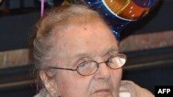 Ký giả Clare Hollingworth dự buổi lễ mừng sinh nhật 100 tuổi của bà tại Câu lạc bộ Ký giả nước ngoài ở Hong Kong hôm 10/10/2011