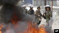 Polisi Afghanistan siaga sementara para demonstran yang marah membakar ban-ban dekat pangkalan AS di Kabul, Afghanistan (17/9).
