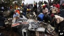 10月3日救援人员在拉各斯机场检查坠毁的客机