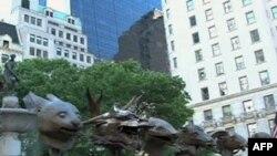 Skulpture Aja Vejveja na Petoj aveniji u Njujorku