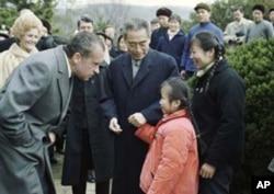 1972年周恩来陪尼克松去杭州西湖