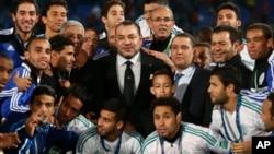 ေမာ္႐ိုကိုဘုရင္ Mohammed VI (လယ္)နဲ႔ ဘုိင္ယန္ျမဴးနစ္ကို ႐ံႈးသြားတဲ့ Raja Casablanca အသင္း။