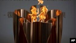 جاپان کے شہر فوکوشیما میں اولمپک سے متعلق ایک تقریب میں اولمپک کی مشعل ۔ چوبیس مارچ دو ہزار بیس ۔فوٹو اے پی