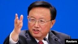 지난 9일 베이징에서 열린 전국인민대표대회에서 북한 핵 문제에 대한 입장을 밝히는 양제츠 중국 외교부장. 양 부장은 대북 제재는 근본적인 해법이 아니며, 대화를 통해 문제를 풀여야 한다고 말했다.