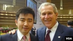 芮成鋼與美國前總統布殊合影(博聞社圖片)