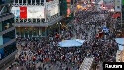 民主派抗议者堵住香港旺角购物区的一处主要路口。(2014年10月4日)