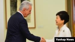 박근혜 한국 대통령이 25일 청와대를 방문한 스타니 틸리히 독일 연방상원의장과 인사하고 있다.