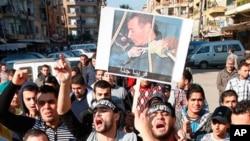 레바논에 있는 시리아 반정부 시위대가 바샤르 알 아사드 대통령의 퇴진을 요구하며 시위를 벌이고 있다.