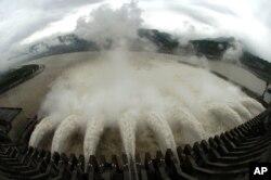 三峡大坝开闸放水,以降低宜昌水库的水位(2007年6月20日)