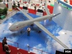台灣軍方展示自行研發的大型無人機(美國之音張永泰拍攝)