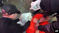 Các thành viên nhóm 'Thế giới không thể chờ' dựng hiện trường giả một vụ tra tấn tù nhân.