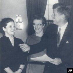 1962年罗曼(中)和肯尼迪总统在总统办公室