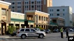 Policía de la Universidad Central de Florida bloquean una calle cerca de la torre de dormitorios donde fueron encontrados explosivos y el cuerpo de una persona que se había suicidado.
