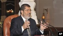 Mohammed Morsi Shugaban kasar Masar yake tattaunawa da 'yan jarida a Misra.