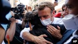Francuski predsednik Emanuel Makron grli stanovnika Bejruta tokom posete gradu razorenom eksplozijom, 6. avgusta 2020.