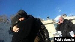 خداحافظی حسین رونقی ملکی با مادرش پیش از انتقال مجدد به زندان اوین - ۳۰ دی ۱۳۹۴