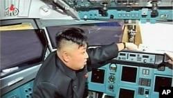 ທ່ານ Kim Jong Un ໄດ້ຖືກເລື່ອນຊັ້ນຂື້ນເປັນຈອມພົນ ຊື່ງເປັນຜູ້ນໍາ ສູງສຸດທາງທະຫານຢ່າງເປັນທາງການ ຢູ່ໃນປະເທດ.