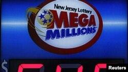 ລາງວັນ 640 ລ້ານໂດລາ ຂອງລັອດເຕີຣີ Mega Millions ທີ່ຕິດ ຢູ່ໜ້າຮ້ານຂາຍເຄື່ອງແຫ່ງນຶ່ງຢູ່ເມືອງ Hoboken ລັດ New Jersey (30 ມີນາ 2012)