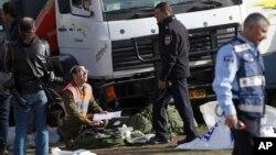 El atacante, identificado como Fadi al Kandar, conducía un camión Mercedes blanco y se subió a la acera al tiempo que el grupo de soldados de excursión descendían de un autobús.
