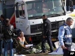 Cảnh sát Israel điều tra hiện trường vụ tấn công bằng xe tải ở Jerusalem, 8/1/2017.